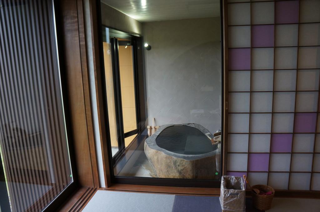 部屋から見た客室露天風呂