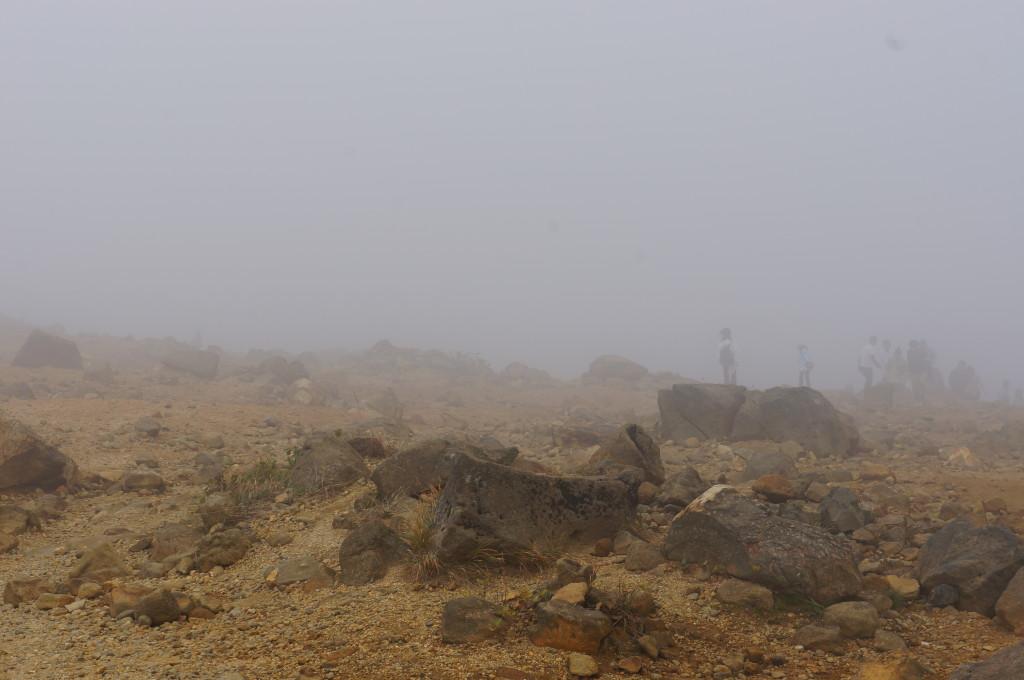 御釜の霧に吸い込まれる人々