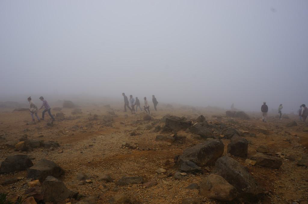 霧に包まれた御釜