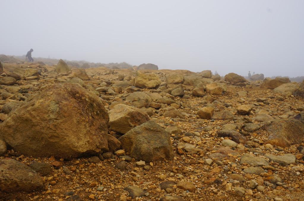 御釜の周りの岩