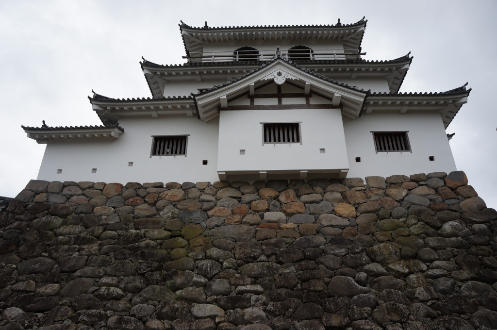 城壁の外から見た白石城