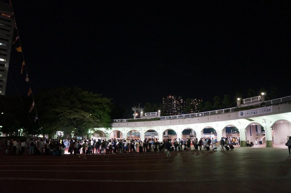 竹芝客船ターミナルに並ぶ人々