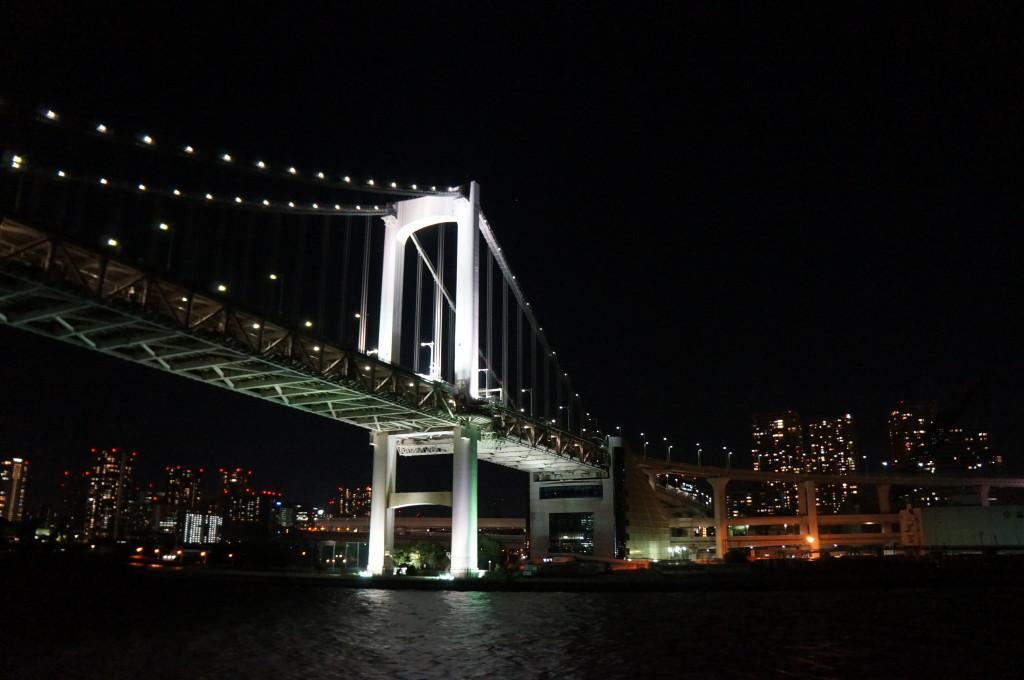 東京湾から見るレインボーブリッジ