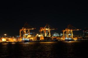 東京湾から見る工場の夜景