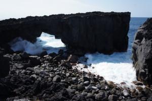 三宅島のメガネ岩