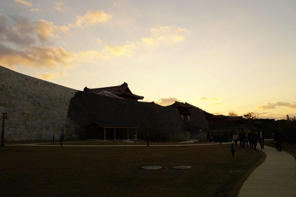 夕暮れ時の首里城