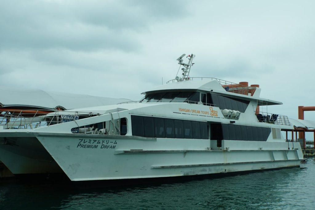 石垣港離島ターミナルから出航するフェリー