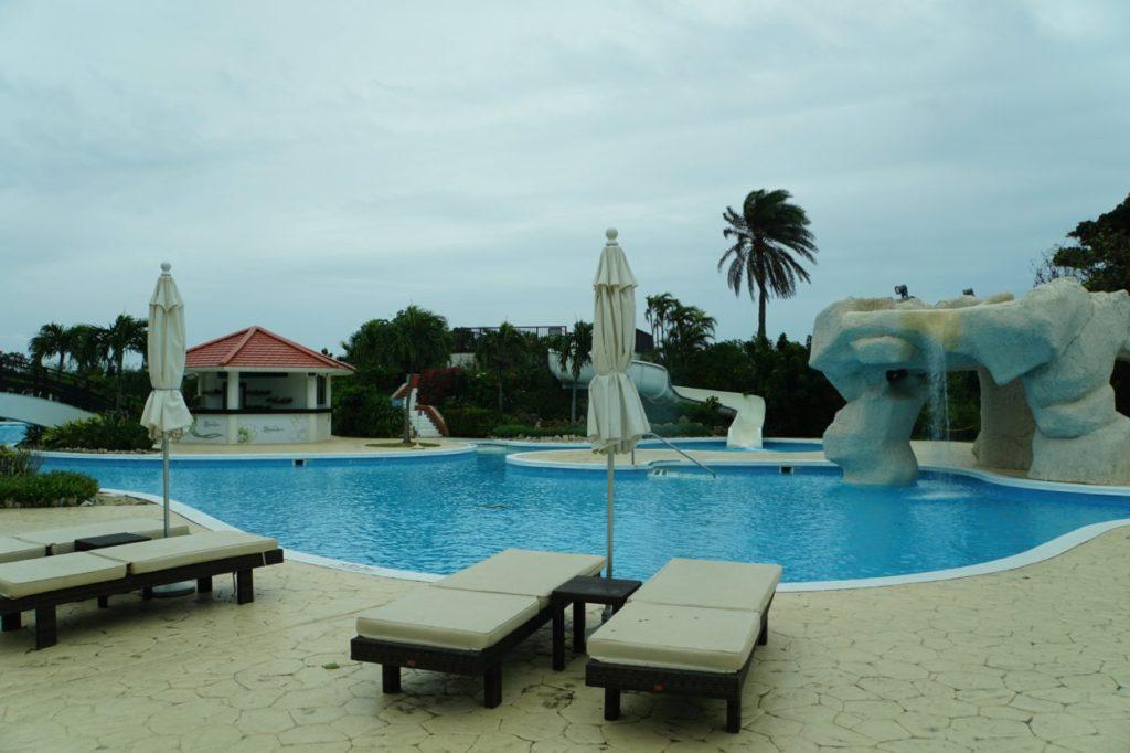 ANAインターコンチネンタルのプールとビーチチェア