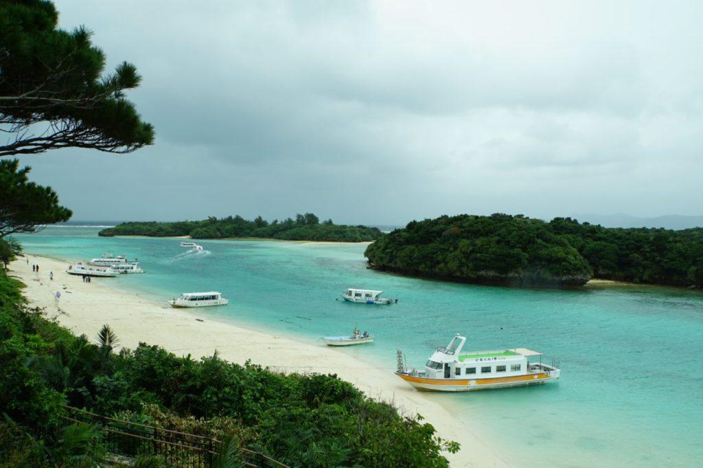 石垣島川平湾の海とグラスボート