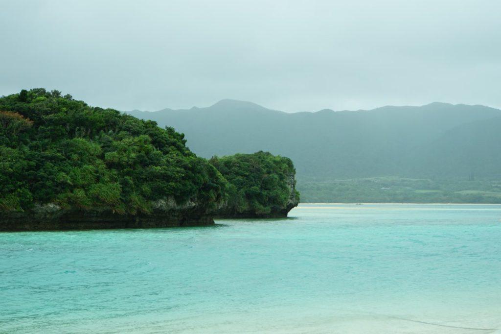 石垣島の川平湾から見る小島