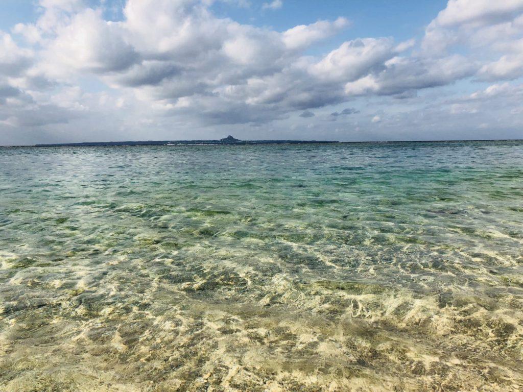 海に入るととわかる瀬底ビーチの透明度