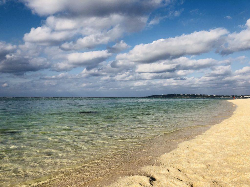 海に近づくとわかる瀬底ビーチの透明度