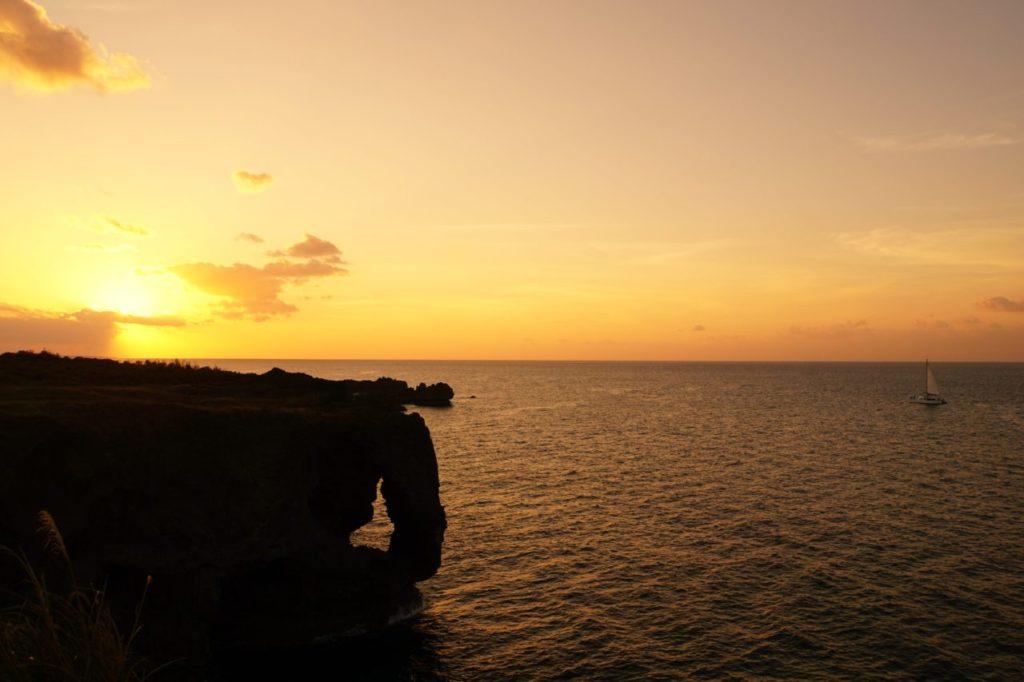 万座毛の夕陽とヨット
