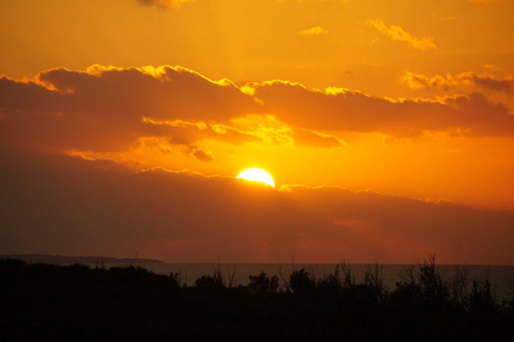 万座毛に沈む夕陽