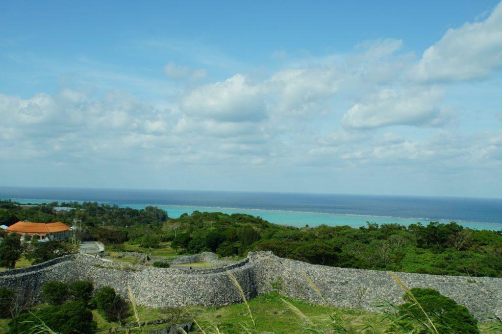 今帰仁城跡の城壁と青い海