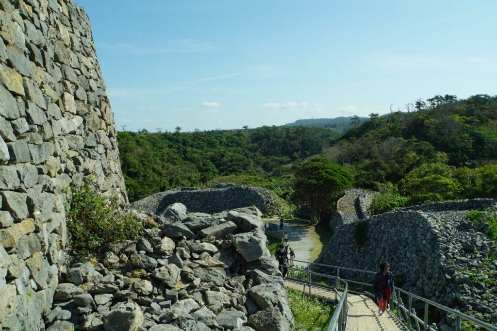 今帰仁城跡の城壁沿いの道