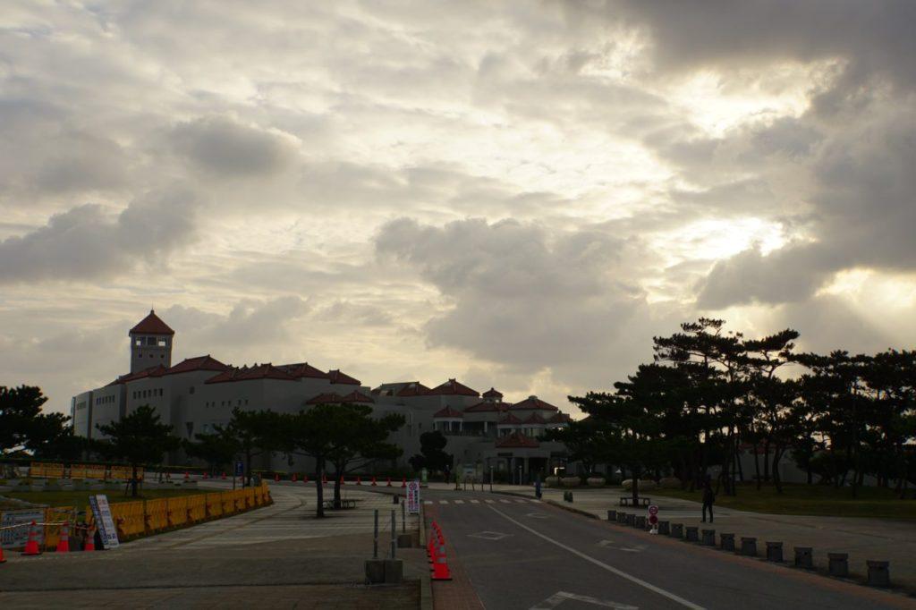 沖縄平和祈念資料館への道