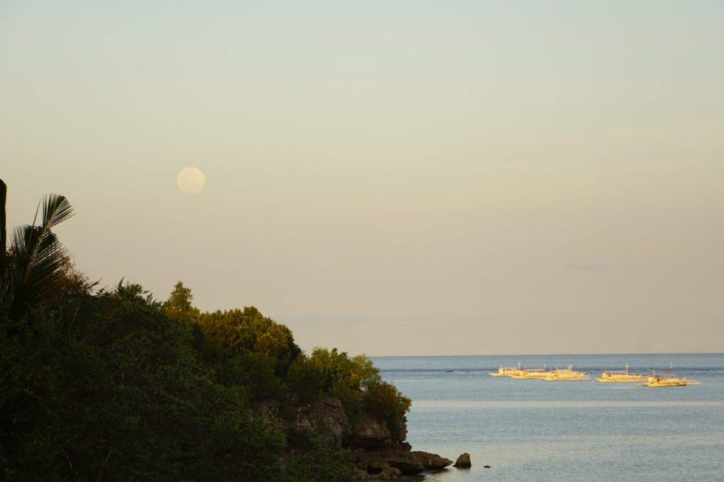 パングラオ島の海の上の満月