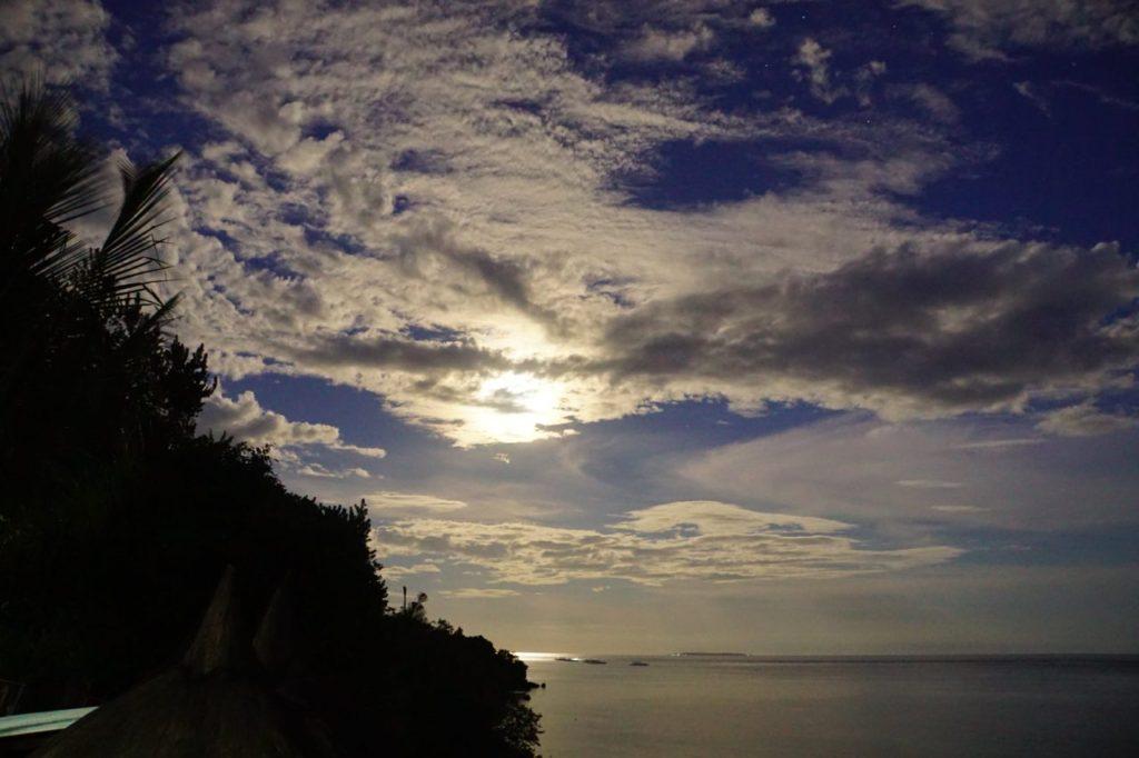 ノバビーチを照らす月と雲