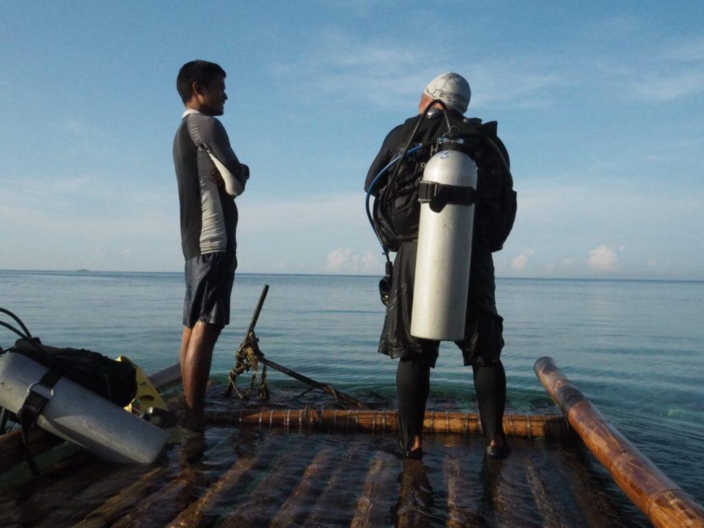 ノバビーチのイカダに乗るダイビングガイド