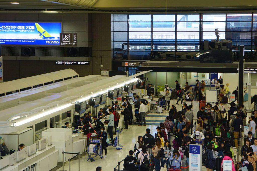 成田空港のチェックインカウンター前の人混み