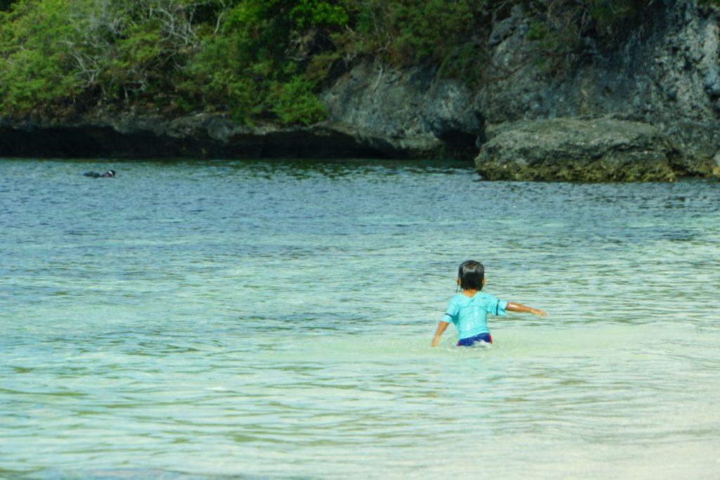 ノバビーチリゾートのビーチで遊ぶ子供