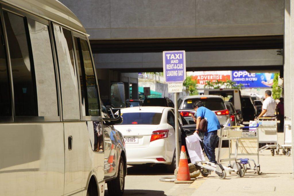 マクタン・セブ国際空港前のタクシー乗り場