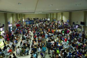 セブ港フェリーターミナル内の人混み