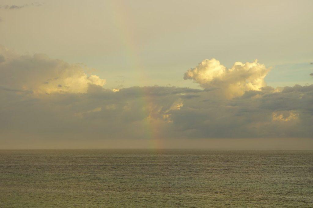 ノバビーチから眺めるスコール後の虹