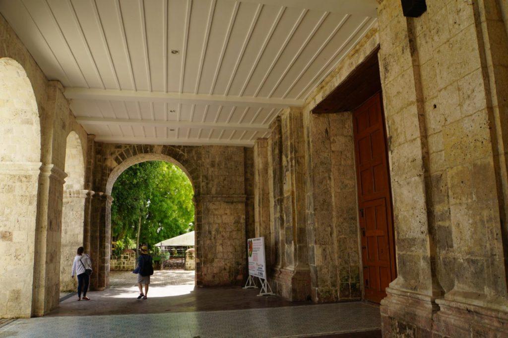 ボホールのバクラヨン教会の入り口