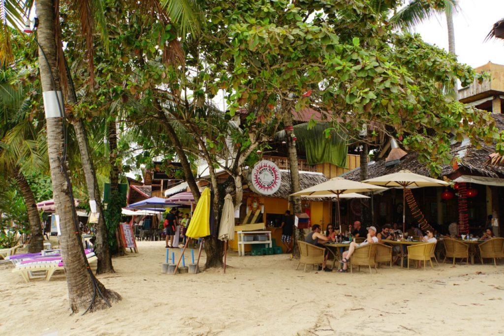 アロナビーチ沿いのレストラン