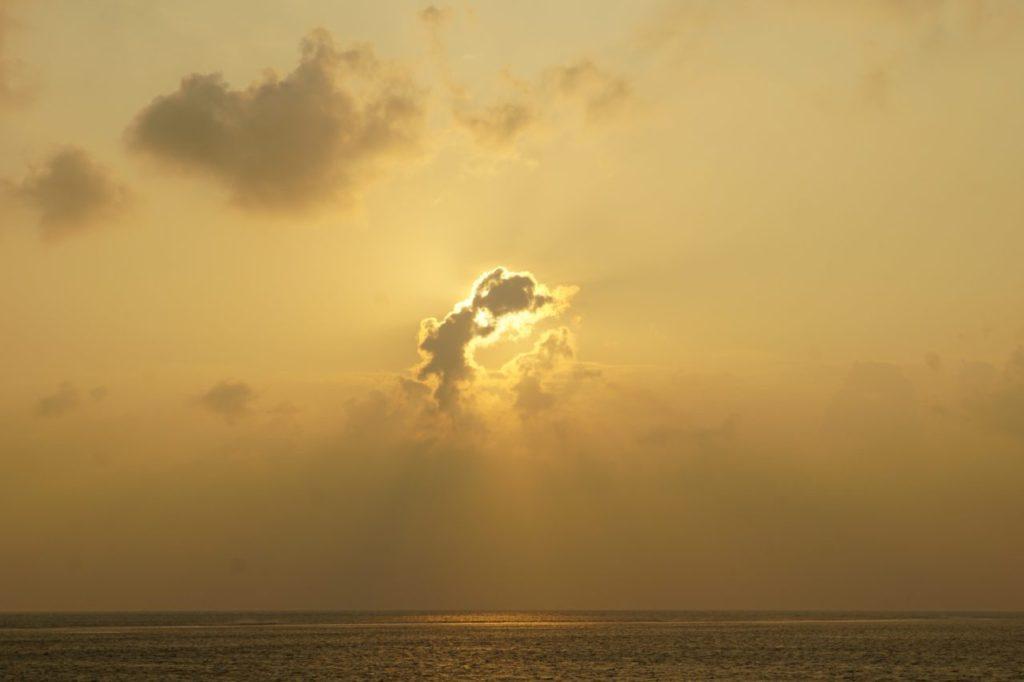 モルディブ・アリ環礁でアイランドサファリから見る初日の出