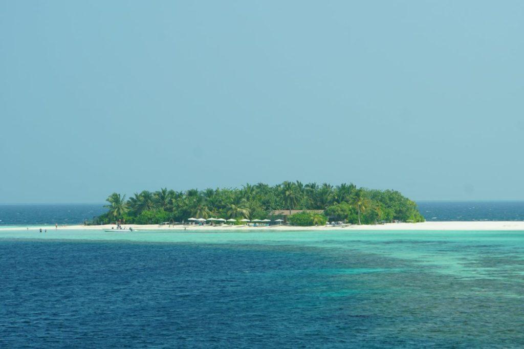 モルディブのアイランドサファリでロマンティックディナー会場となる無人島