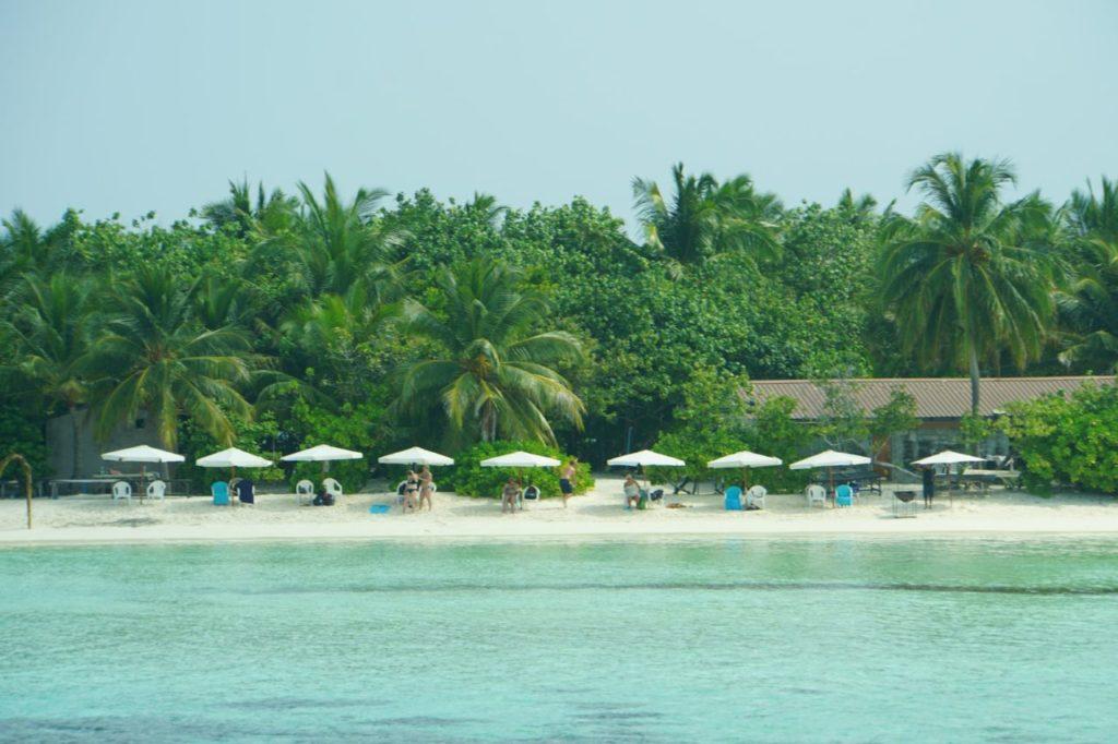 モルディブのアイランドサファリでロマンティックディナー会場となる無人島にてくつろぐ人々
