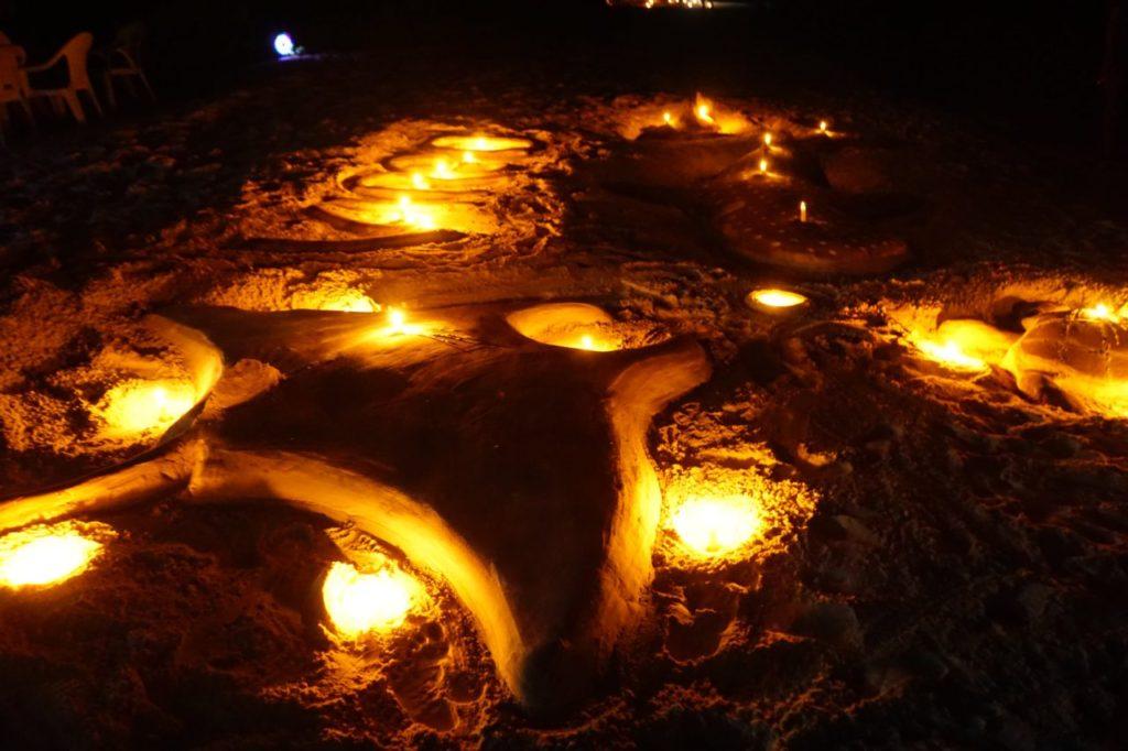 モルディブのアイランドサファリでロマンティックディナー会場となる無人島のビーチに作られたマンタ