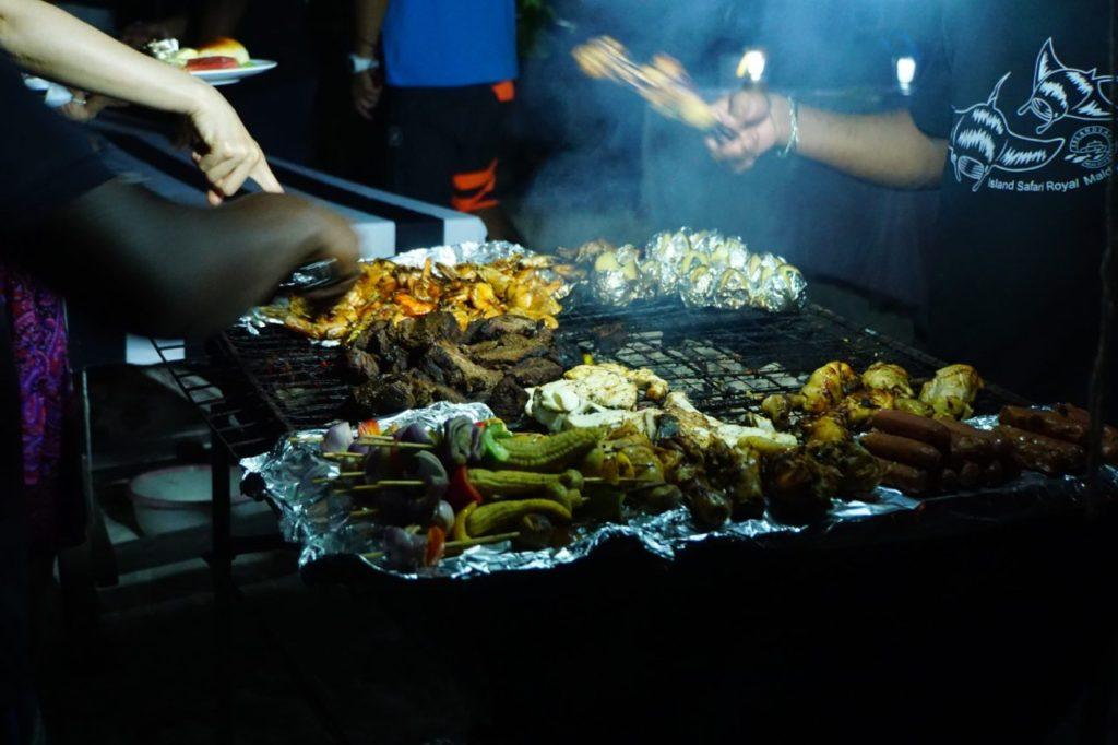 モルディブのアイランドサファリのロマンティックディナーは無人島でバーベキュー