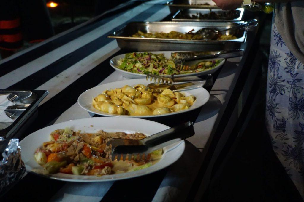 モルディブのアイランドサファリで振舞われるロマンティックディナーの食事