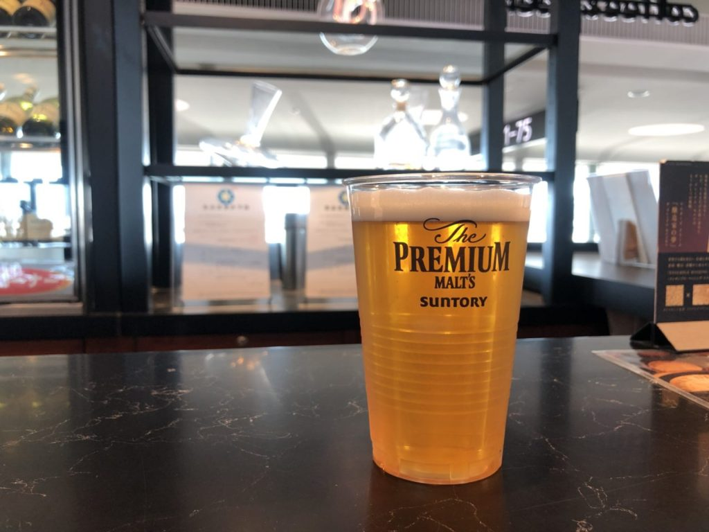 成田空港の搭乗口付近のカフェで飲むビール