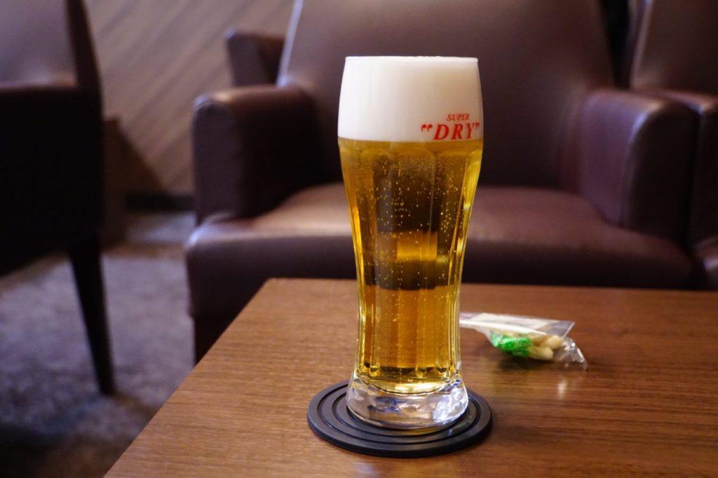 成田空港のラウンジで飲むビール