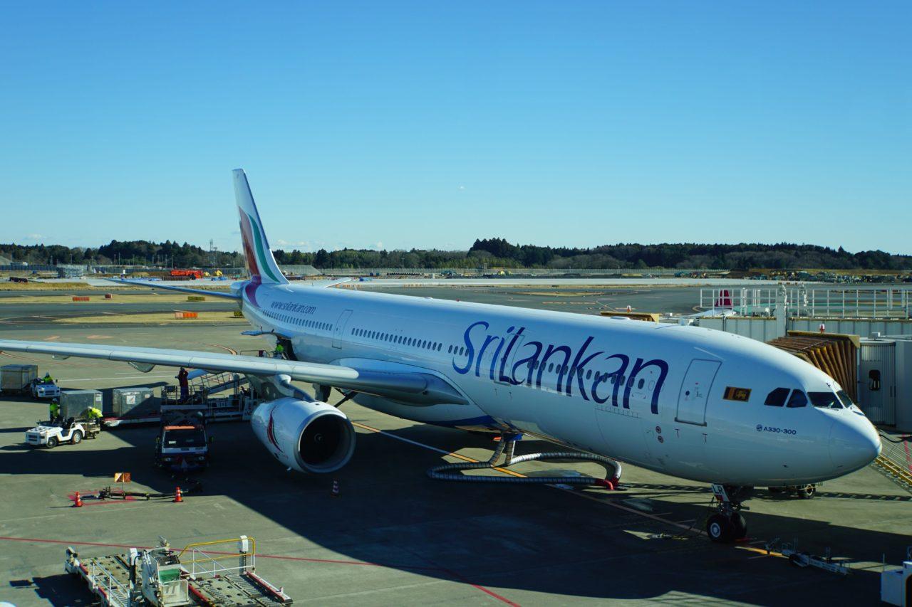 成田空港で待機するスリランカ航空の飛行機