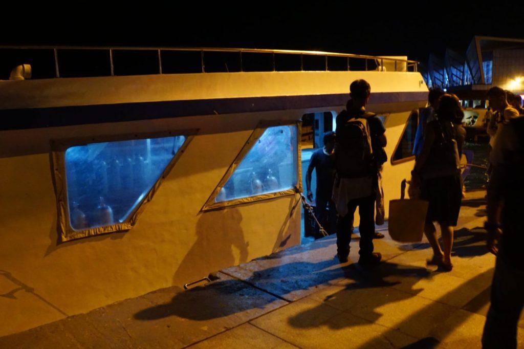 モルディブのアイランドサファリ号まで連れて行ってくれる小型船