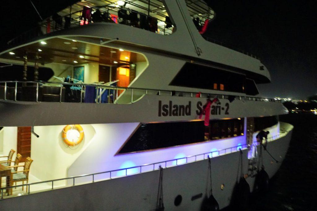 カラフルなライトで照らされるアイランドサファリロイヤル号