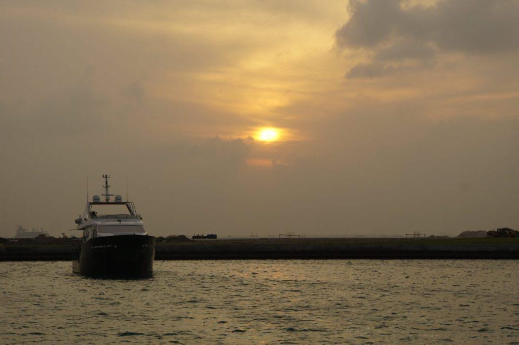 モルディブのマーレ港に沈む夕陽