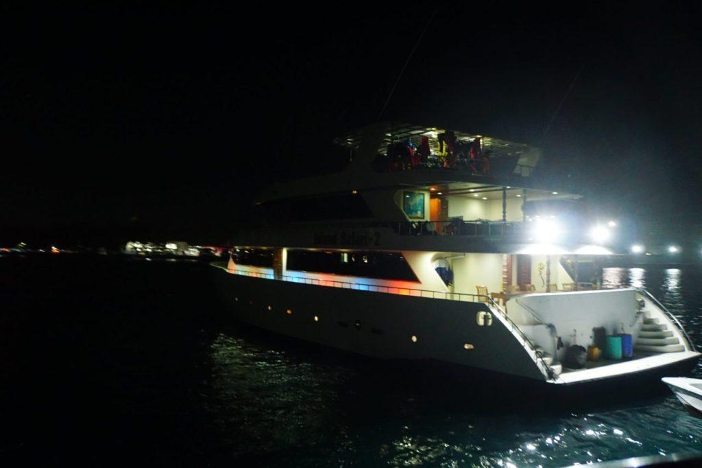 モルディブの海でカラフルに光るアイランドサファリ