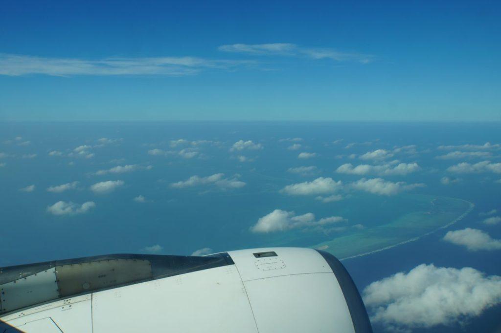 飛行機から眺めるモルディブの美しい環礁