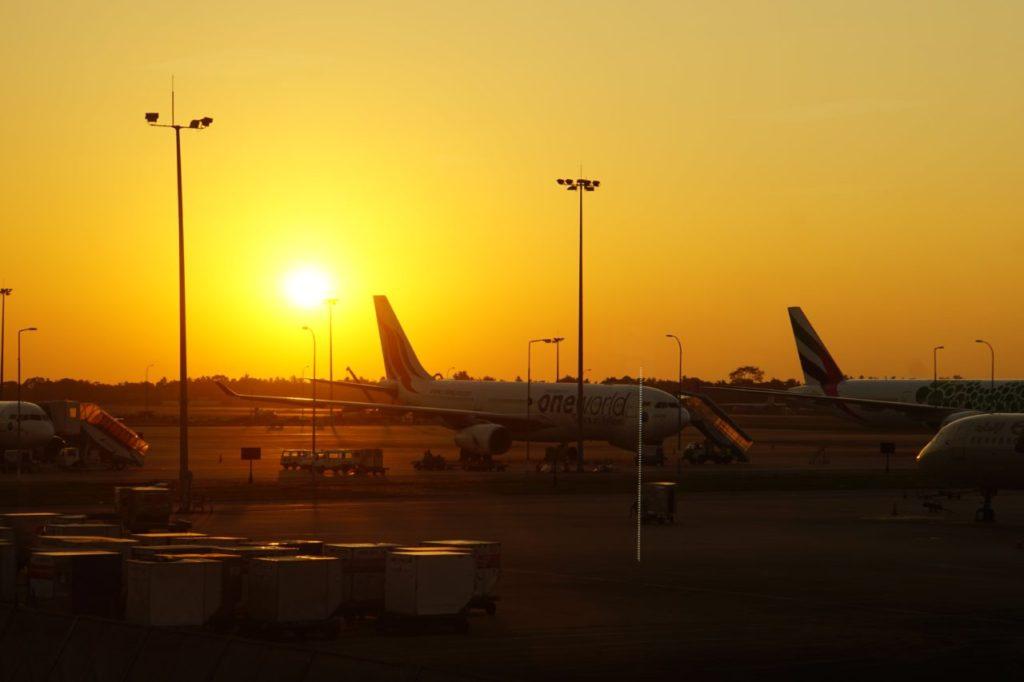 スリランカのコロンボにあるバンダラナイケ国際空港に沈む夕陽