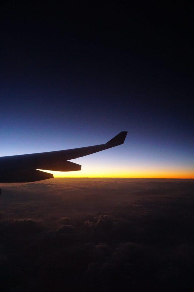 モルディブから日本へ帰る飛行機から見た美しい朝焼け