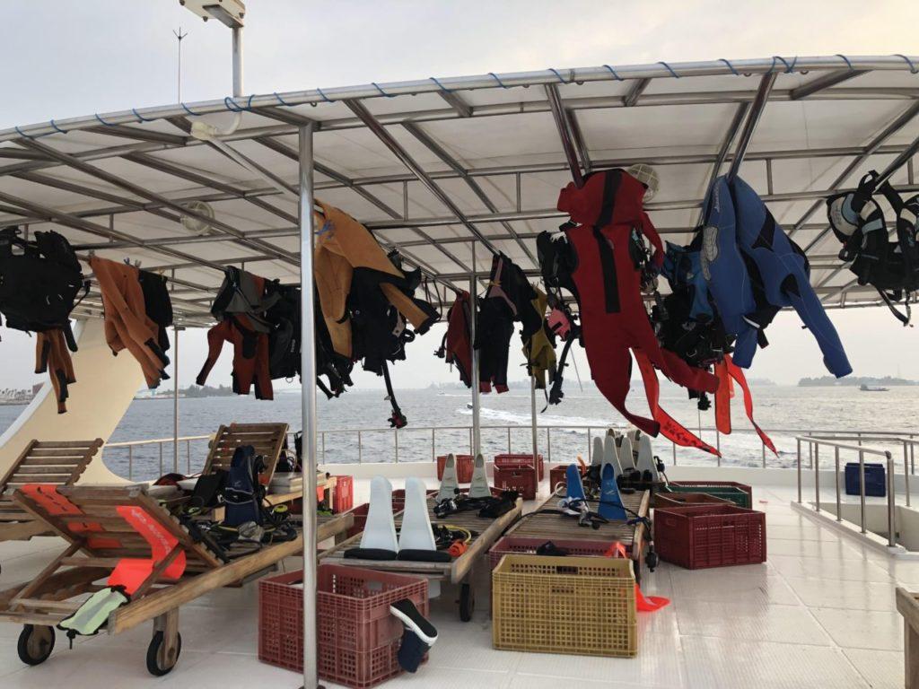 アイランドサファリのトップデッキで干されているダイビング機材