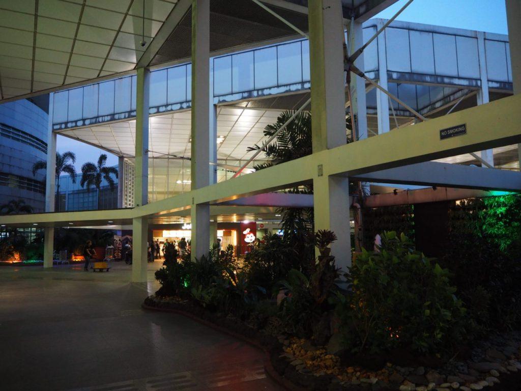 早朝のマニラ空港の外の景色