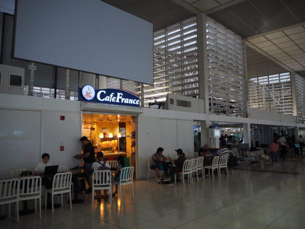 マニラ空港の国内線搭乗口付近のカフェ